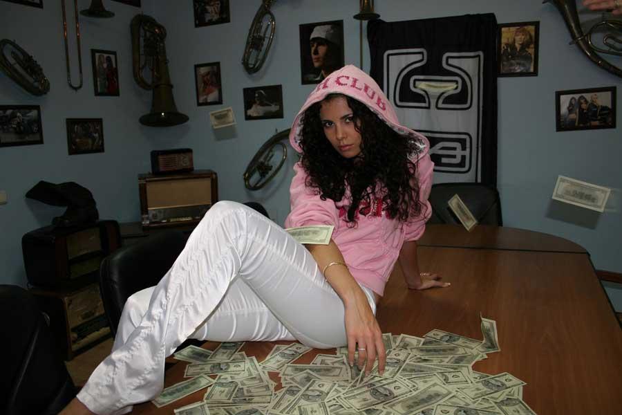 Красавица Настя, доллары и капюшон