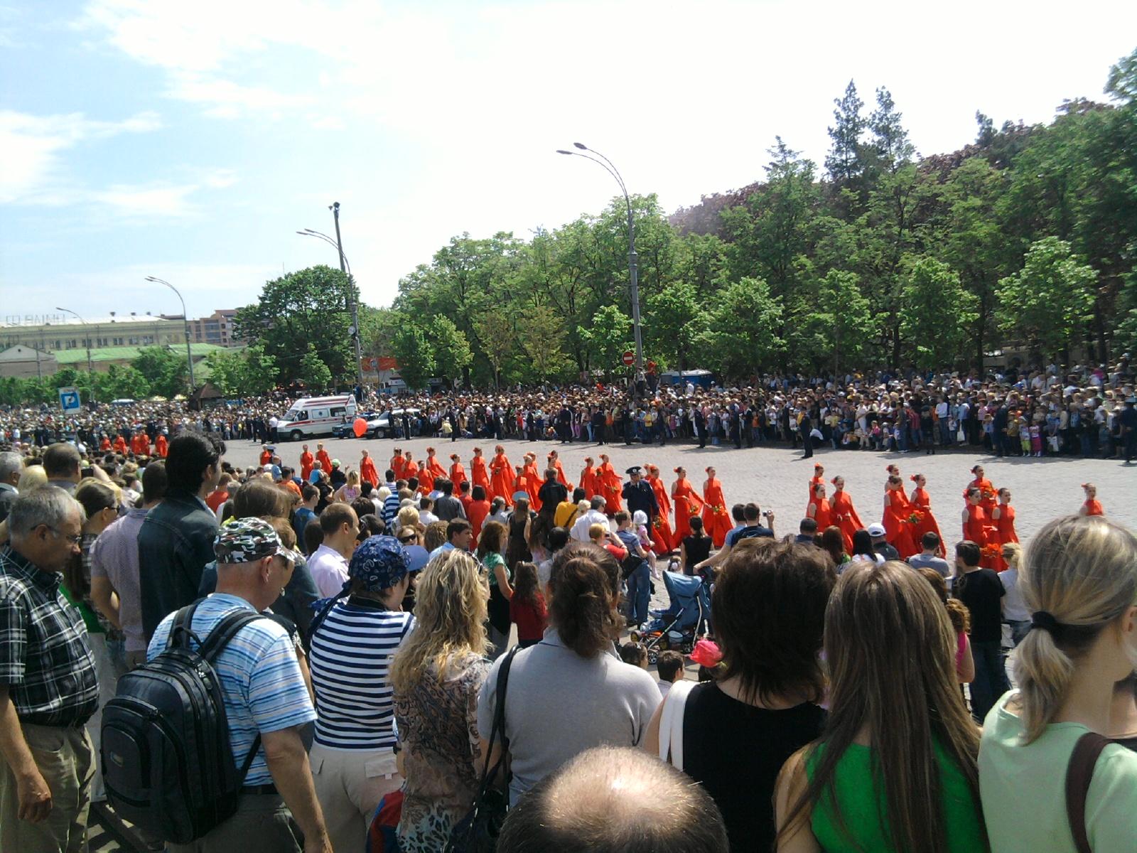 Харьков - День Победы - 2010 - идут танцовщицы