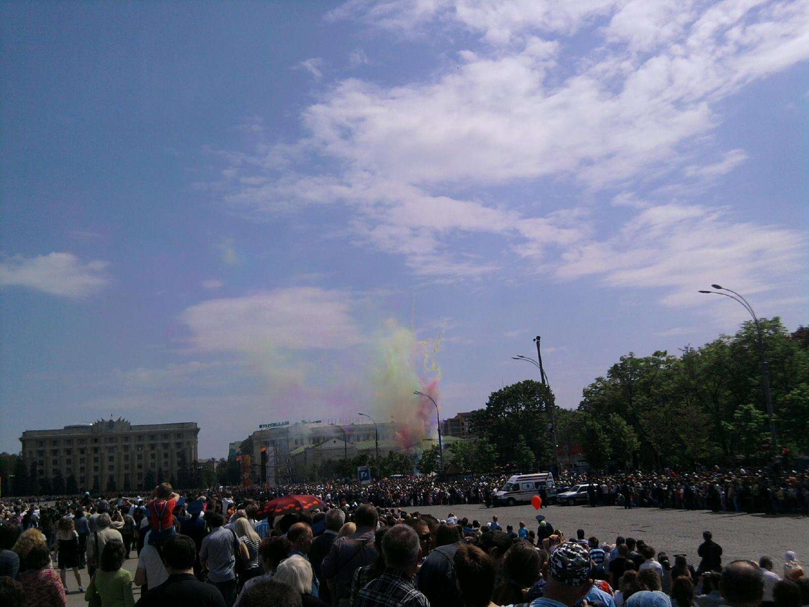 Харьков - День Победы - 2010 - Запускают цветные ракеты