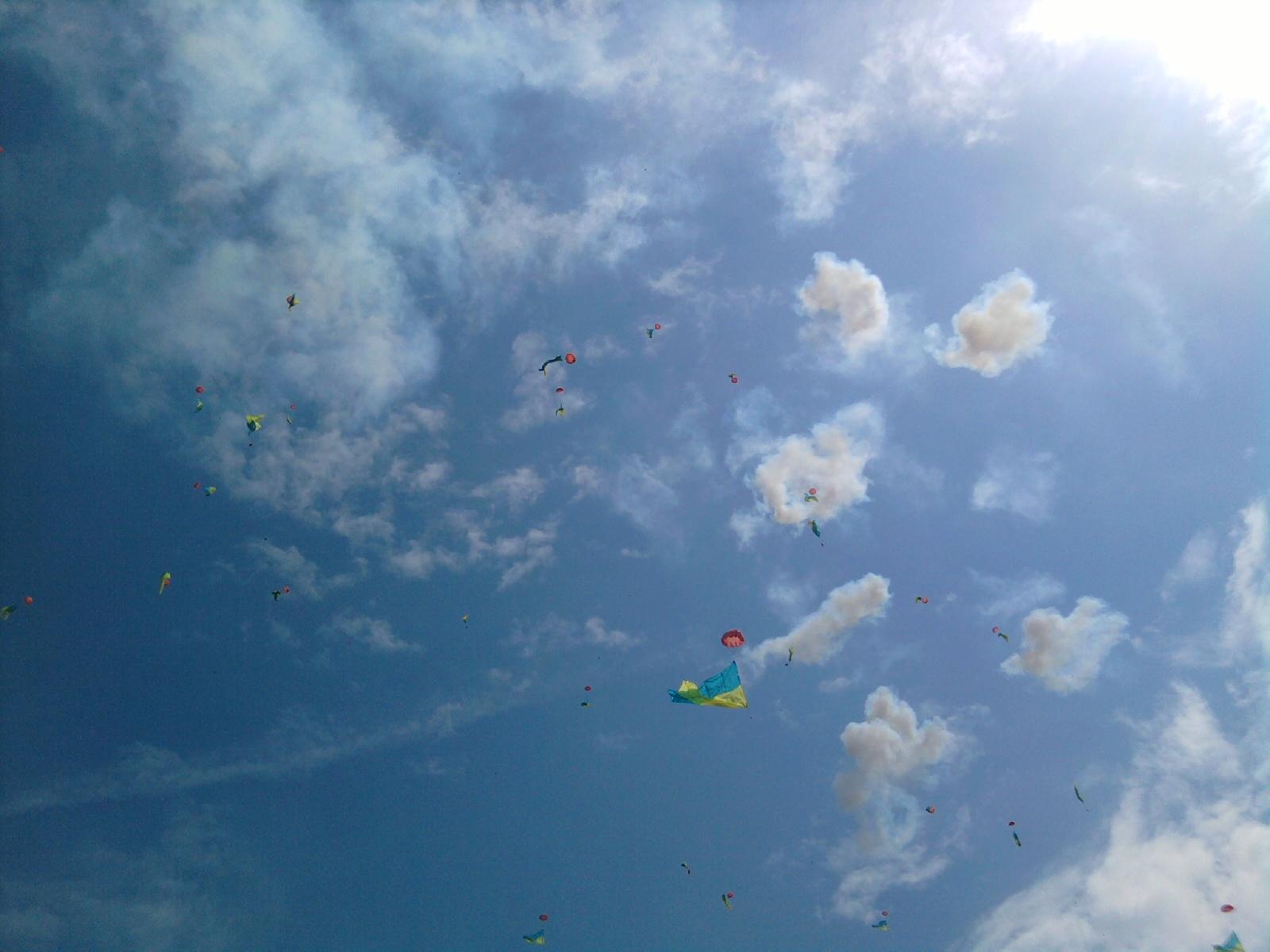 Харьков - Бомбят небо и в воздух выпадают флаги Украины на парашютиках