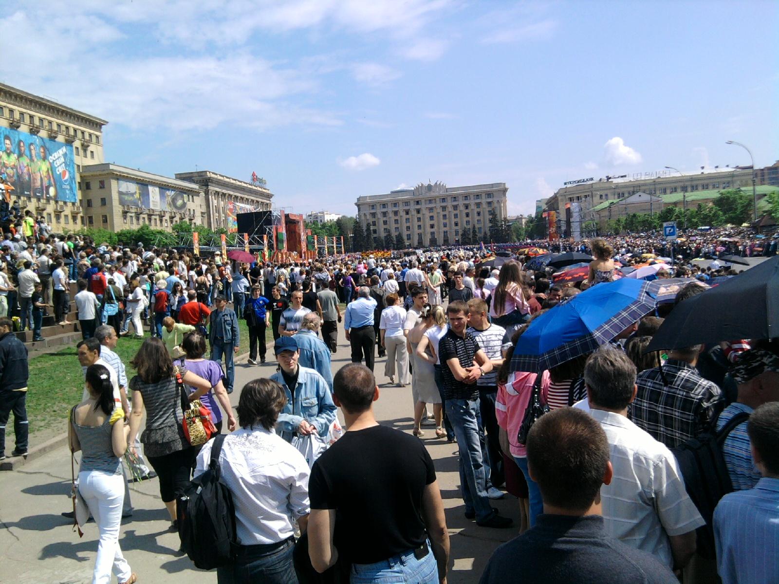 Площадь Свободы - 2010 масса людей