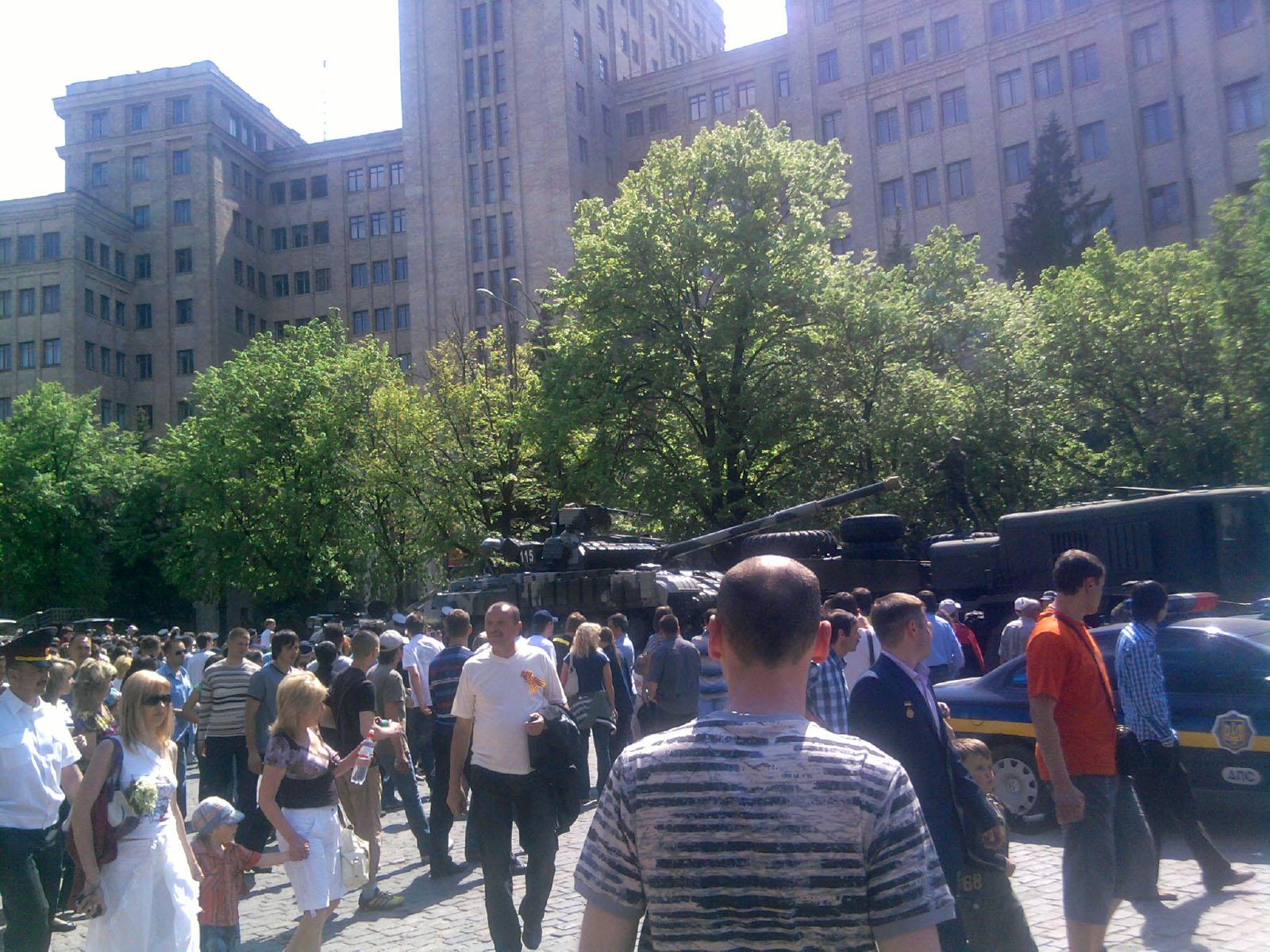 Танки грузят на тягачи и готовят к транспортировке - Харьков 2010