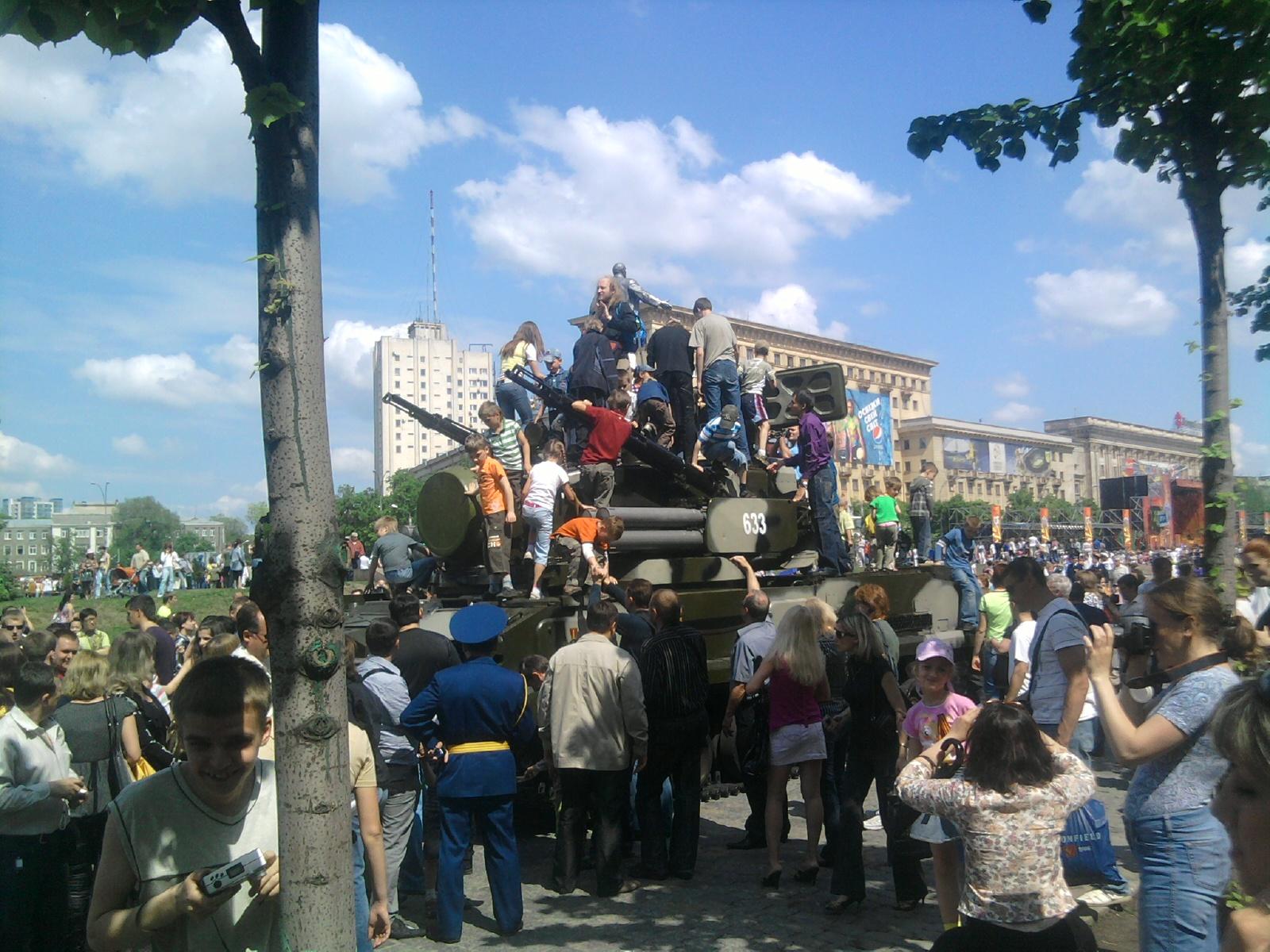Харьков 2010 - День Победы - техника и дети