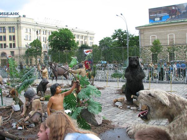 Динозавры на площади Свободы в Харькове