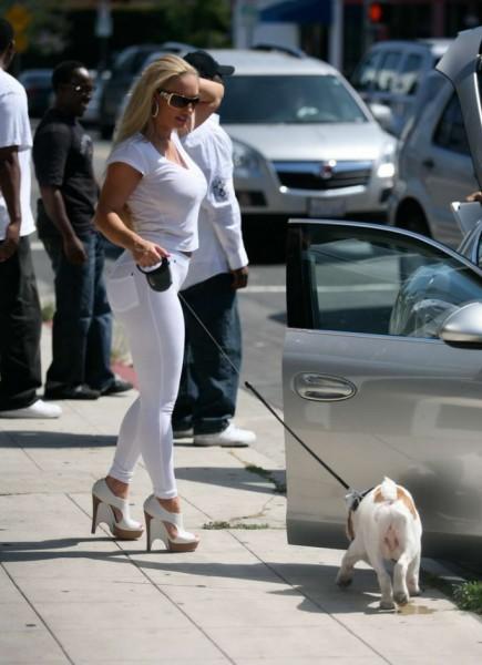 Коко Николь в белом с собачкой