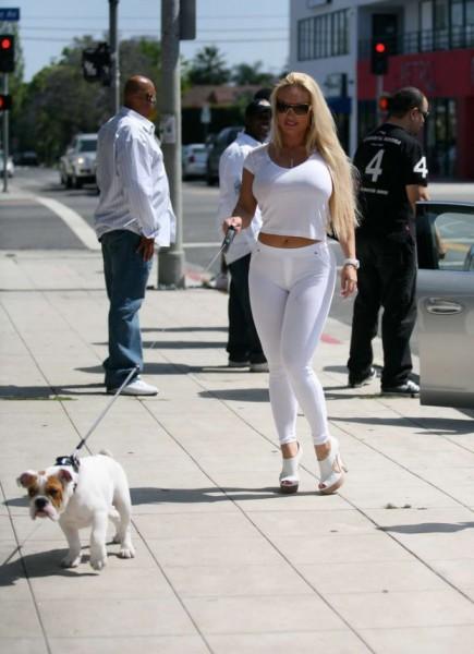 Николь с собачкой на прогулке