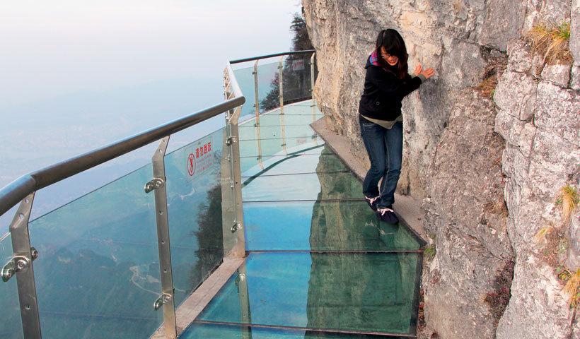 Страх высоты: сумасшедший стеклянный балкон над альпийской пропастью