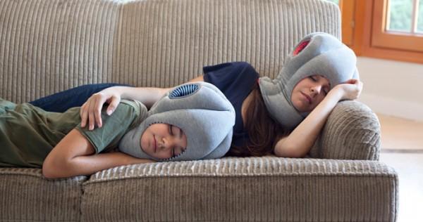 С подушкой на диване
