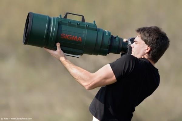 Фотоаппарат -гиря в руках