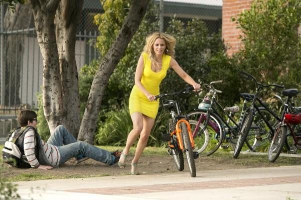 блондинка в желтом на велосипеде