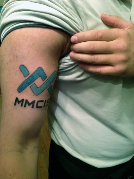 татуировка mmcis на руке