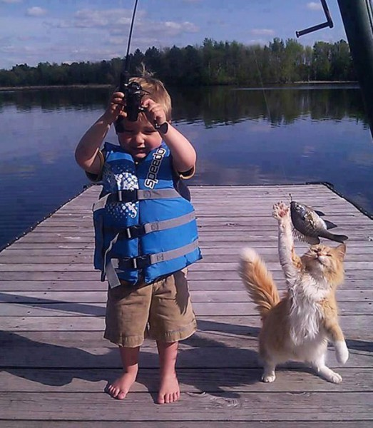 Юный рыбак и его помощник
