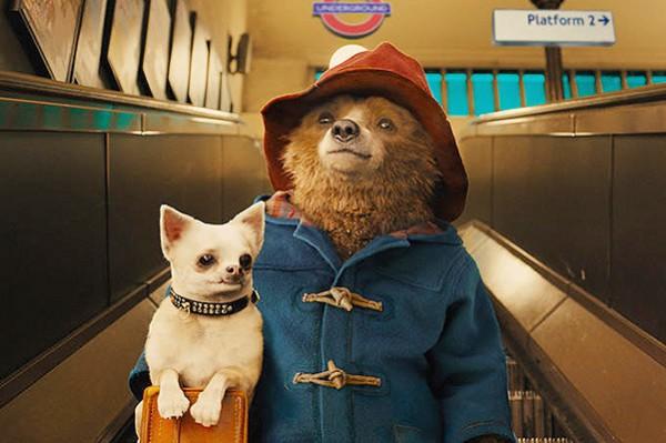 Paddington Bear в метро с собачкой