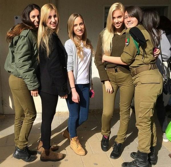 Мария Домарк с подругами