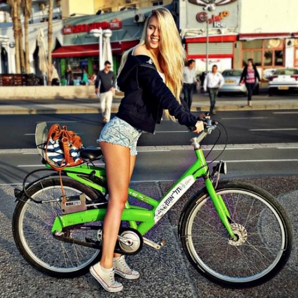 Мария Домарк на велосипеде