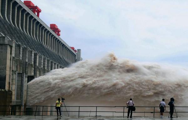 выброс воды ГЭС
