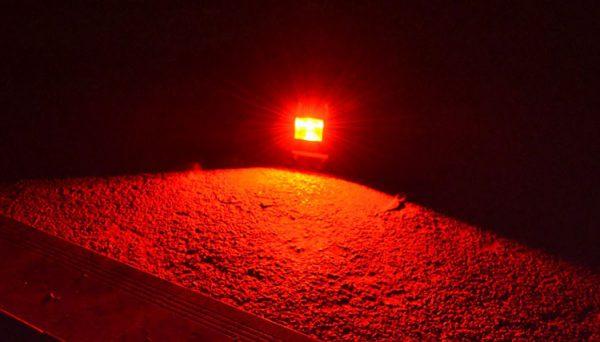 светим красный прожектор лед