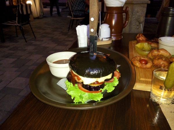 черный бургер с ножом