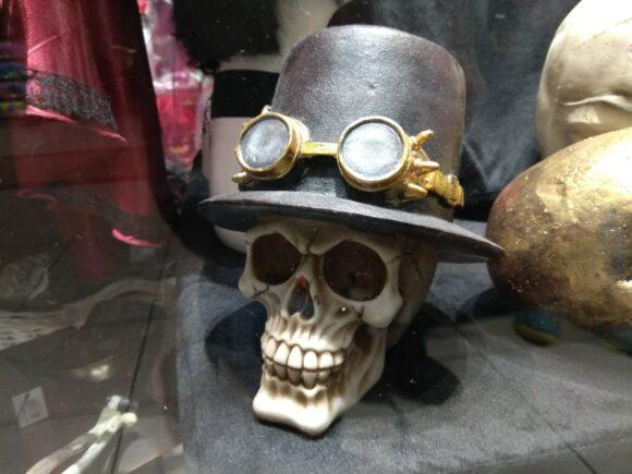 Крутой череп с очками и шляпой